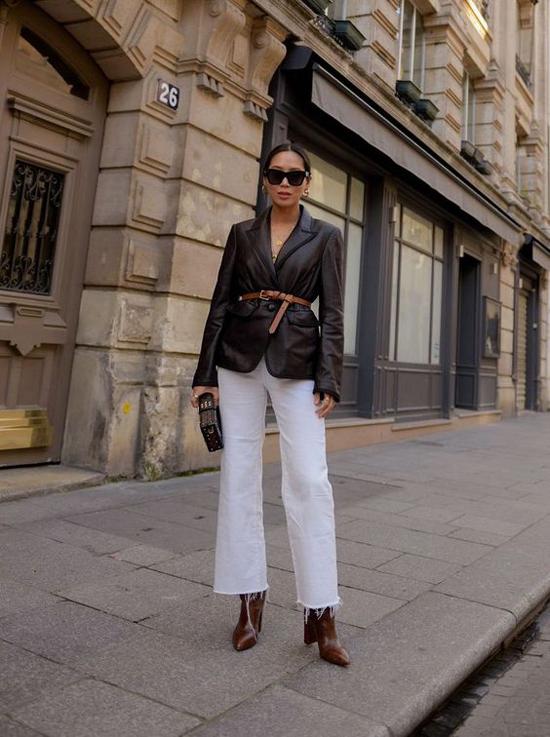 Mix áo vest cùng các mẫu dây lưng, đai lưng vẫn là mốt được các tín đồ thời trang yêu thích. Nếu thích thể hiện sự cá tính thì các nàng có thể áp dụng công thức này.