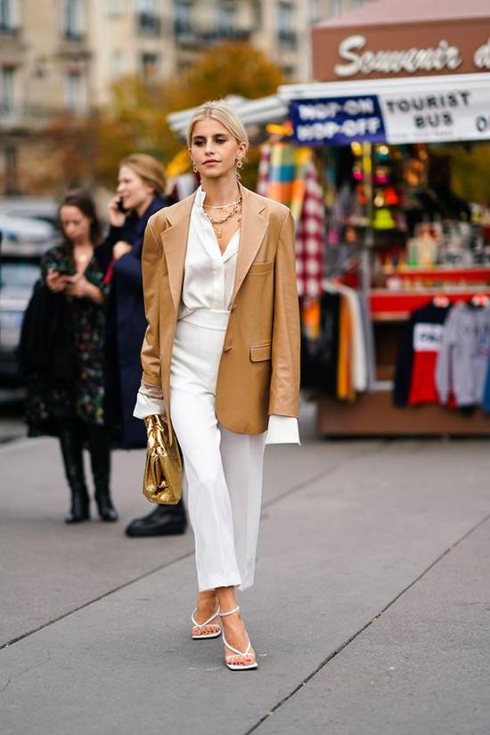 Với những mẫu áo vest dáng rộng, màu cafe sữa nhạt, nude, phái đẹp có thể mix cùng nguyên set đồ trắng.