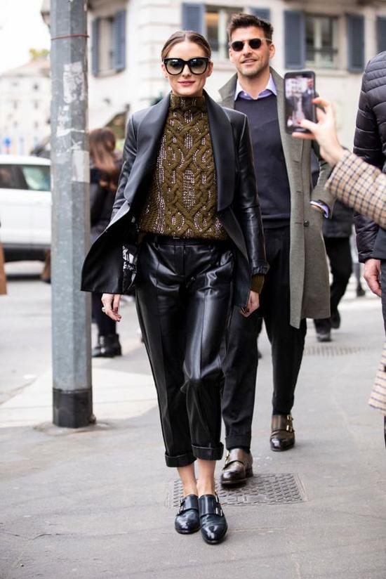 Ngoài màu nâu, màu beige, tông đen vẫn là gam màu được ưa chuộng nhất của dòng áo khoác da vì nó dễ phối đồ và độ bền màu cao.