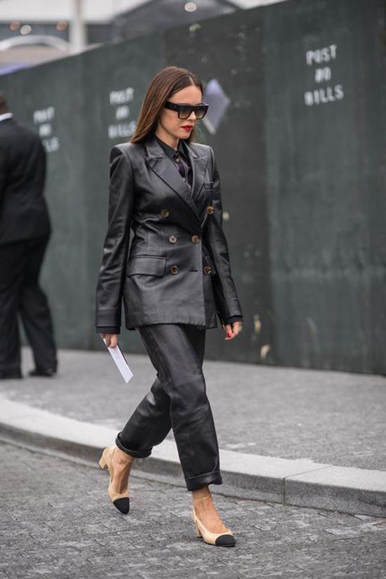 Diện cả cay da đen xuống phố là xu hướng được nhiều fashionista lăng xê ở mùa thu đông năm nay.