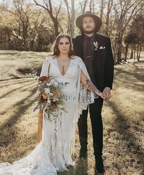 Miley gửi lời chúc mừng tới em trai 25 tuổi: Em trai yêu quý của tôi vừa kết hôn vào ngày nắng đẹp lung linh ở Tennessee, tại ngọn đồi nơi chúng tôi đã lớn lên. Chị yêu em, Braison. Chúc mừng hạnh phúc của em và Stella.