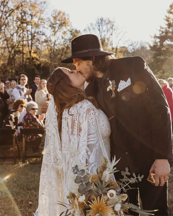 Em trai của Miley, người mẫu Braison Cyrus, kết hôn với cô bạn gái Stella. Lễ cưới được tổ chức theo phong cách đồng quê thập niên 1970 ở Nashville.