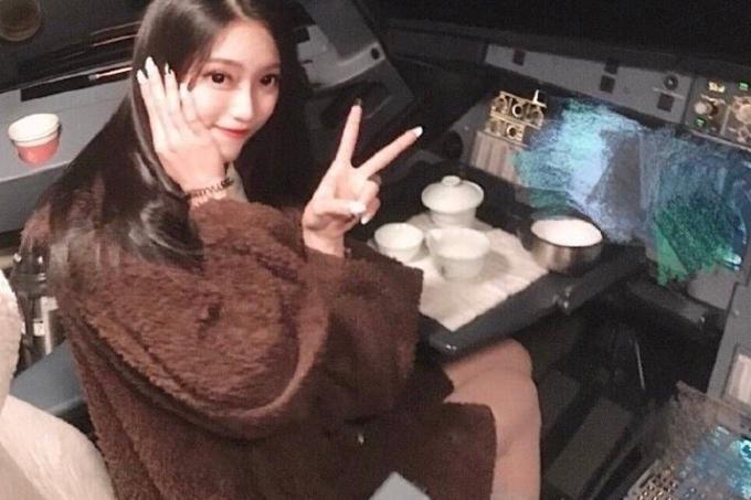 Nữ sinh Đại học Du lịch Quế Lâm chụp ảnh trong buồng lái của phi công hãng Air Guilin hồi tháng 1. Ảnh: Weibo.