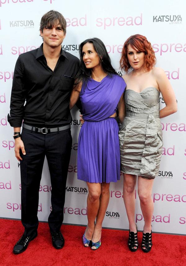 Demi Moore (giữa) bên Ashton Kutcher và con gái cả Rumer Willis (phải) năm 2009. Ảnh: Corbis.