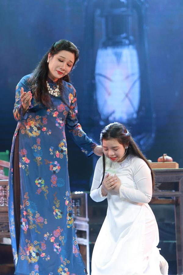 Thanh Thanh Hiền và con gái út trong một buổi diễn cuối năm 2017.
