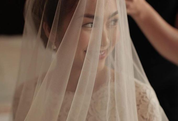 Cô dâu Tăng Thanh Hà nở nụ cười rạng rỡ sauchiếc khăn voan.