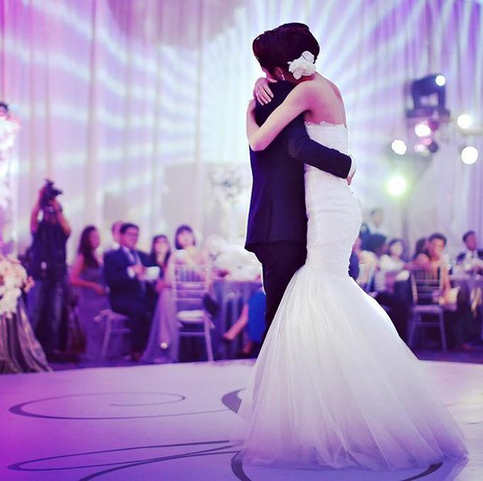 Trong ngày kỷ niệm, doanh nhân Louis Nguyễn cũng chia sẻ hình ảnh đầy ngọt ngào trong ngày cưới. Anh ôm chặt bà xã Tăng Thanh Hà, cùng thể hiện một điệu nhảy. Anh viết: Chúc mừng kỷ niệm với người vợ tuyệt vời nhất và người mẹ chu đáo. Chúng ta hãy cùng nhau tạo ra những trải nghiệm thú vị hơn nữa em nhé.