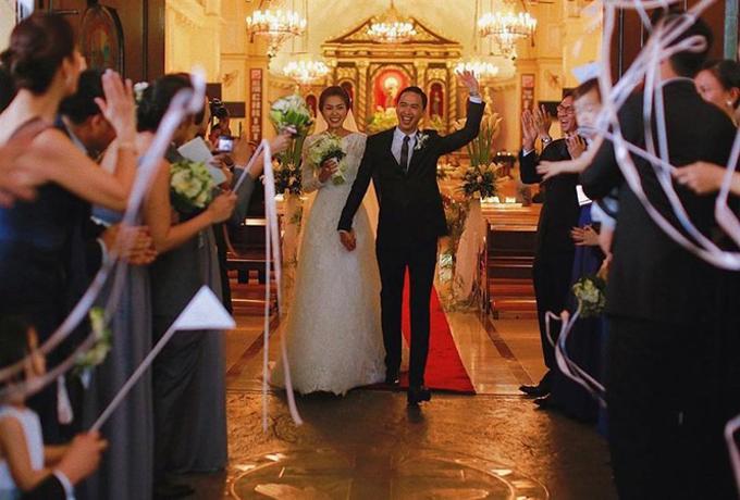 Tối 4/11, Tăng Thanh Hà bất ngờ chia sẻ ảnh cưới tới người hâm mộ trên trang Instagram. Người đẹp viết: Giờ này 7 năm trước mình làm cô dâu. Còn bây giờ mình làm vợ và mẹ của 2 đứa trẻ. Ngày mà mình sẽ không bao giờ quên - 4/11/2012. Trong bức hình, người đẹp cười rạng rỡ, nắm tay chú rể Louis Nguyễn bước vào lễ đường.