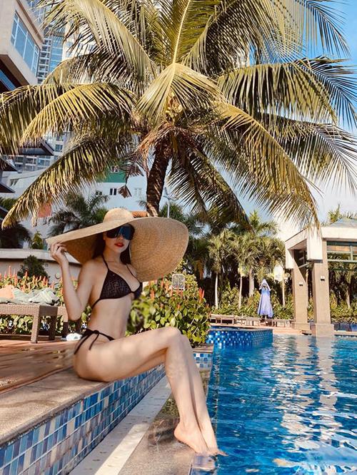 Trà Ngọc Hằng khoe dáng với bikini bên hồ bơi.