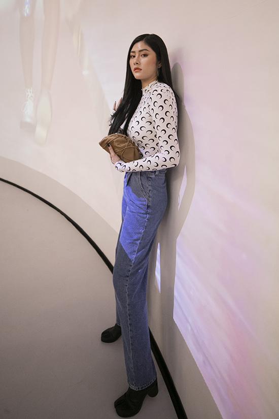 Huỳnh Tiên chọn set đồ đơn giản và tiện lợi trong việc tham gia sự kiện mua sắm thời trang.