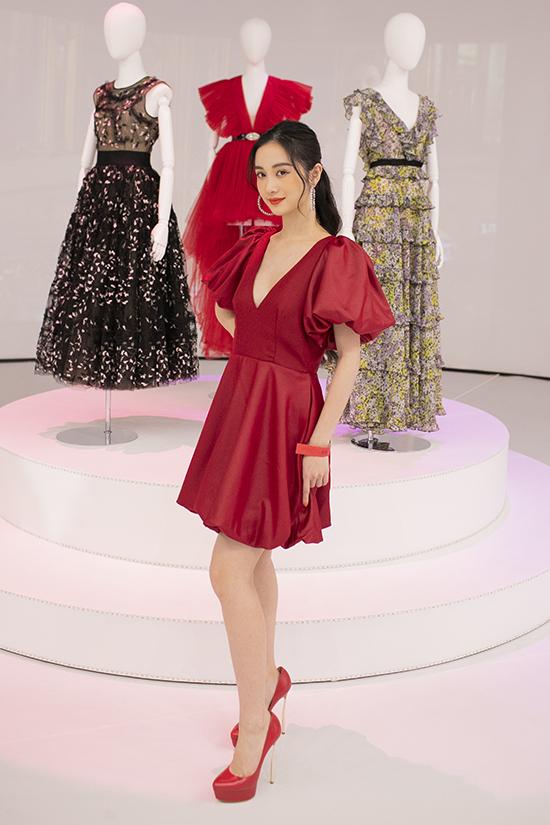 Nữ diễn viên chọn giầy cao gót ton-sur-ton với váy tay bồng và làm tóc đơn giản khi đến tham gia chương trình.