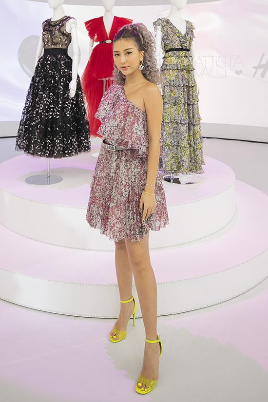 Quỳnh Anh Shyn điệu đà cùng váy hoa kiểu lệch vai, người đẹp thể hiện sự cá tính với lối mix sandal màu bắt mắt.