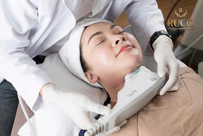 Cuối năm 2018, người đẹp bắt đầu trải nghiệm liệu trình Ultherapy để nâng cơ, trẻ hóa gương mặt tại RucoInternational Clinic nhờ sự giới thiệu của ca sĩ Minh Tuyết người cũng đã thực hiện nhiều liệu trình trẻ hóa tại đây.