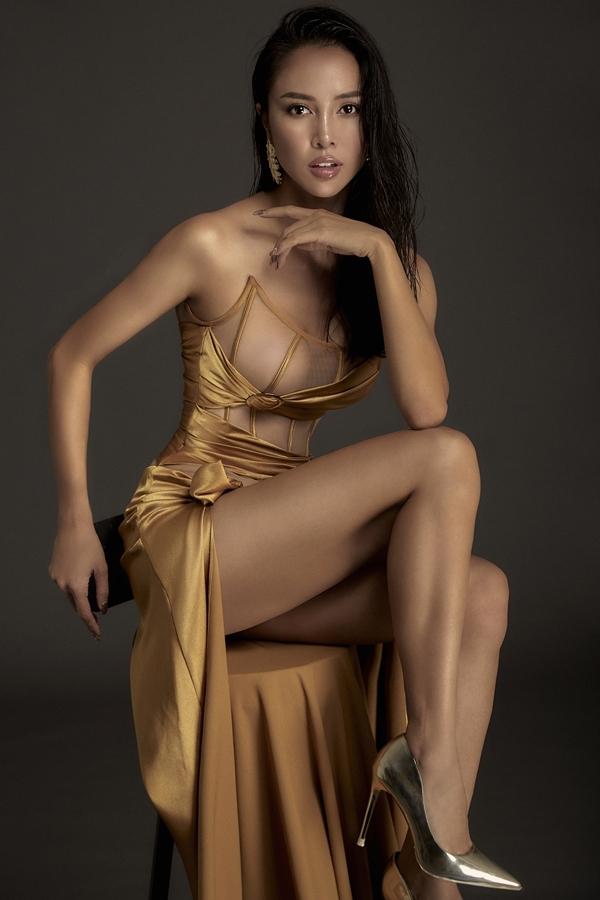 Ngọc Anh hở cả một bên ngực với chiếc váy sử dụng chất liệu lưới xuyên thấu.