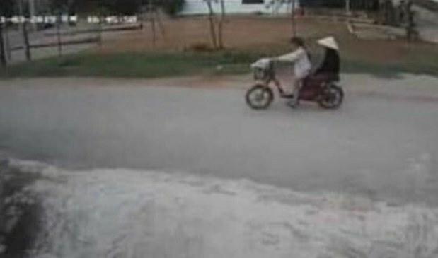 Hình ảnh trích xuất từ camera ở nhà dân ven đường ghi lại cảnh Tâm chở bà nội hôm 3/11.