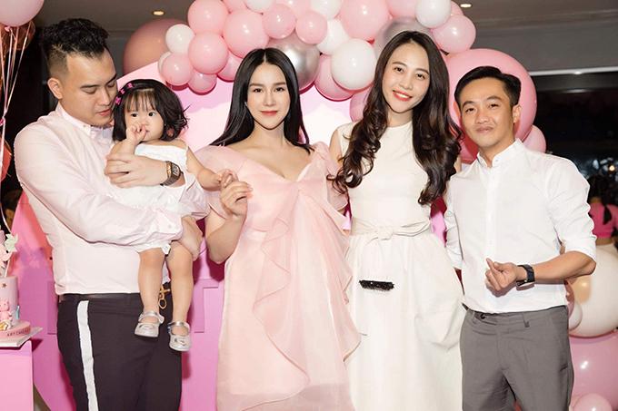 Diệp Lâm Anh tổ chức tiệc thôi nôi hoành tráng cho con gái Boorin chỉ vài tiếng sau khi vượt cạn sinh con thứ hai. Vợ chồng Cường Đô La đến chung vui với gia đình Diệp Lâm Anh.