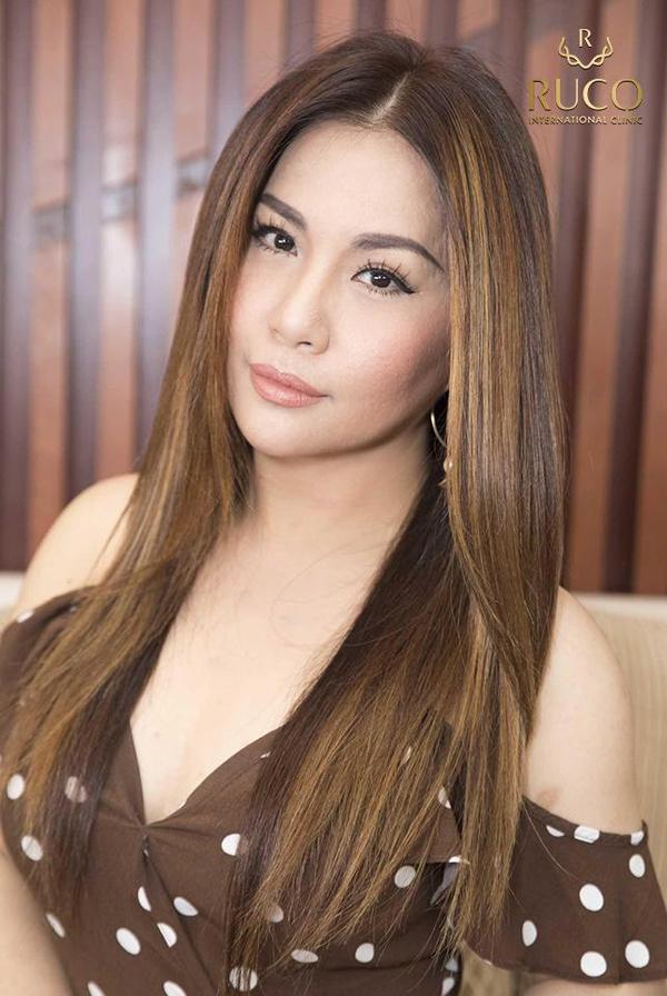 Minh Tuyết cũng là nghệ sĩ Việt có ngoại hình trông trẻ hơn tuổi thật. Hơn 40 tuổi, cô vẫn thu hút bởi khuôn mặt trẻ trung, vóc dáng gợi cảm cùng gu thời trang quyến rũ, táo bạo.
