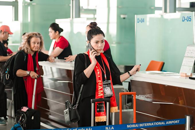 Trong lúc làm thủ tục, Ngọc Hiền liên tục nhận các cuộc gọi công việc.Trong thời gian đi công tác, cô được ông xã giúp điều hành việc kinh doanh cơ sở làm đẹp ở Hà Nội. Anh cũng quán xuyến việc nhà, chăm sóc 3 con.