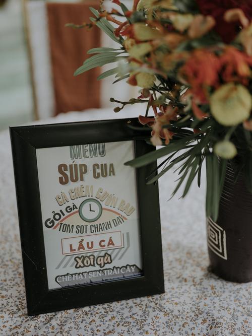 Thực đơn tiệc đãi khách sau nghi lễ đính hôn được thiết kế bởi phông chữ phổ biến của thập niên 1960.