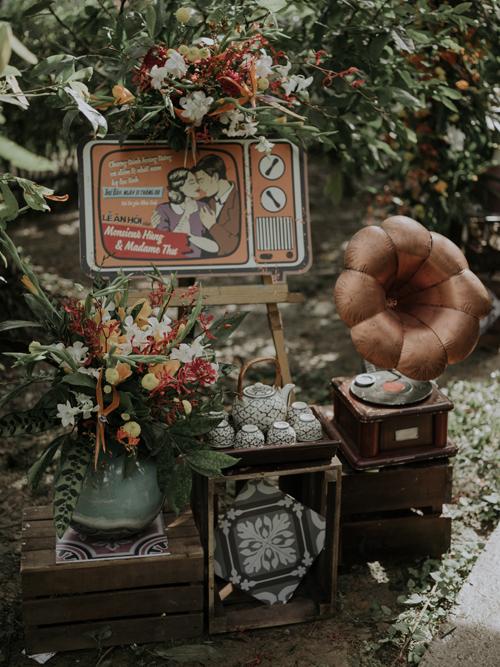 Vật dụng trang trí dành cho lễ đính hôn là đĩa hát cổ, gạch hoa, bộ ấm chén bằng gốm, mô hình tivi ngày xưa. Từng chi tiết nhỏ trong lễ đính hôn tạo nên bối cảnh giống như thước phim của những năm 1950-1960 thế kỷ trước.