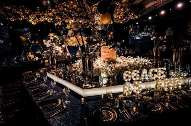 Nickname của em bé66, bố 65, mẹ An Dĩ Hiên Ann được lồng vào nhau trên sảnh tiệc.