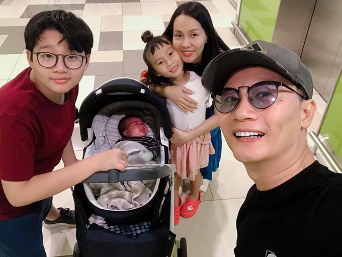 Ca sĩ Hoàng Bách đưa cả gia đình đi chơi dù bà xã Thanh Thảo mới sinh con thứ 3 được hơn một tháng. Anh cho biết: Sểnh ra là lượn, nhà cháu không có khái niệm nằm ổ nhá.