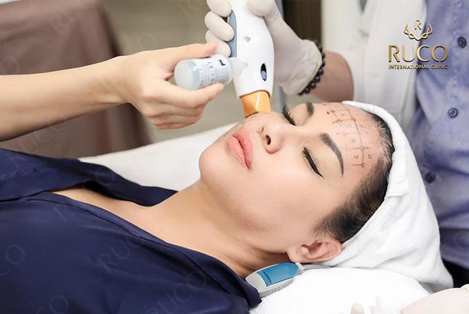 Hoạt động chủ yếu tại nước ngoài, Minh Tuyết có nhiều lựa chọn để tân trang nhan sắc, nhưng cô vẫn trở về Việt Nam chọn Ruco International Clinic để nâng cơ, trẻ hóa da mặt. Giọng ca Đã không yêu thì thôi chọn Thermage FLX - công nghệ trẻ hóa được chuyển hóa chính hãng tại Ruco.