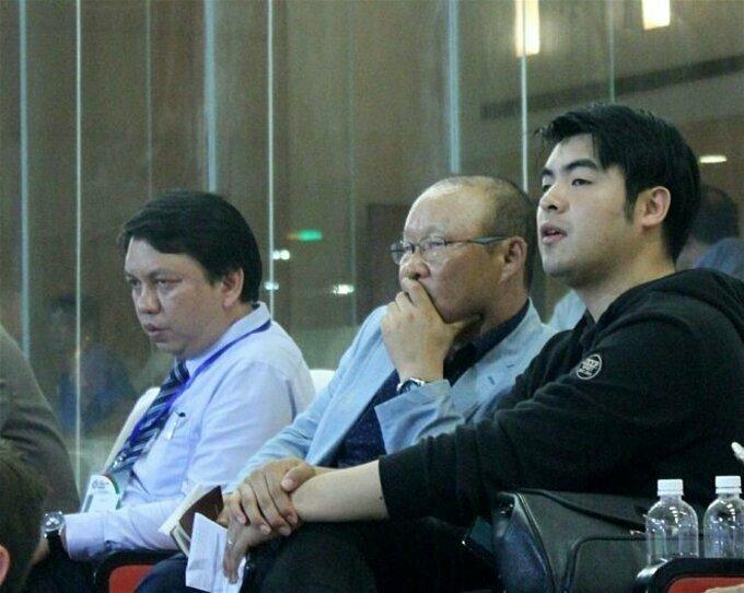 Lee Dong-jun (phải) ngồi cùng HLV Park và ông Lê Hoài Anh - Tổng thư ký VFF.