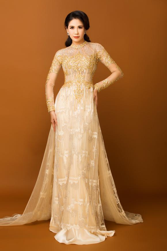 Là người thường xuyên diện áo dài và am hiểu về thời trang, Đào Vân Anh đánh giá cao loạt tác phẩm lộng lẫy, mang tinh thần vương giả do Minh Châu thực hiện.