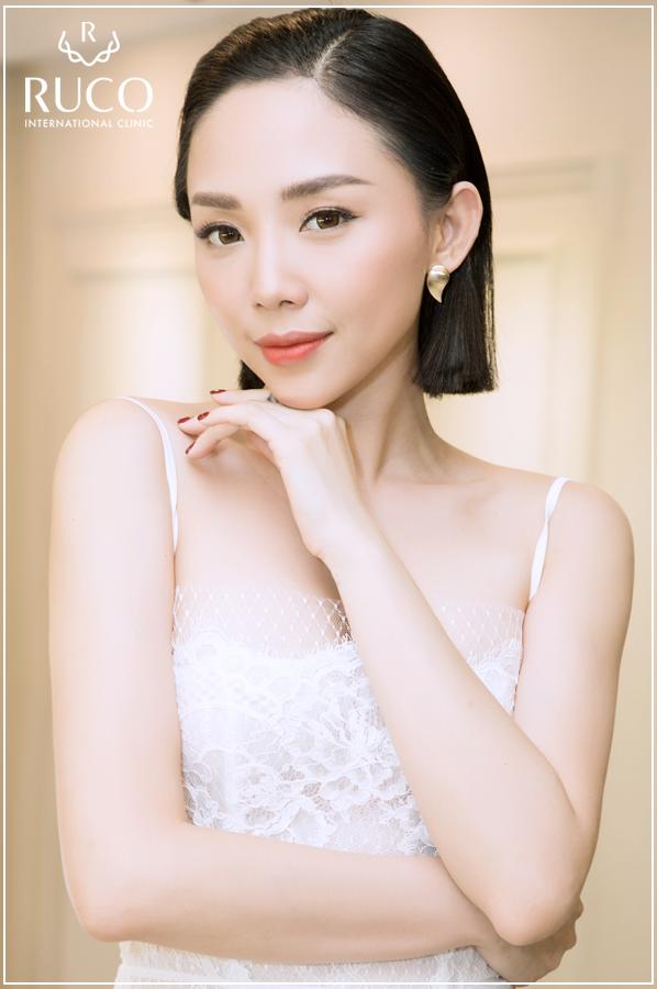 Xinh đẹp, tài năng và cá tính là những gì người hâm mộ nhìn thấy ở Tóc Tiên. Trở về Việt Nam sau thời gian học tập và làm việc tại Mỹ, Tóc Tiên khiến khán giả bất ngờ khi cắt phăng mái tóc xù quen thuộc cùng làn da nâu, lột xác thành một cô nàng cá tính với nét đẹp quyến rũ. Bước sang tuổi 30, nhưng Tóc Tiên trông lúc nào cũng tràn đầy sức sống thanh xuân, làn da căng mịn không chút nếp nhăn.