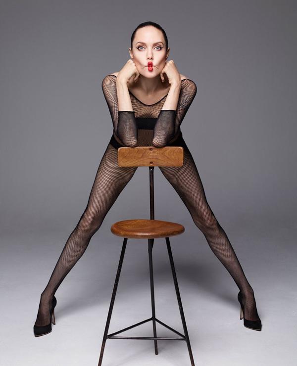 Jolie nhớ lại thời tự do, nổi loạn ở tuổi đôi mươi: Ở trường học, tôi không phải là người nổi tiếng. Tôi thích nhạc rock, mặc đồ da, PVC và đi tất lưới. Đó là ba thứ yêu thích của tôi hồi 20 tuổi. Nữ diễn viên kể, cô vẫn cá tính như vậy khi kết hôn với người chồng đầu tiên Jonny Lee Miller.Những năm tháng đó, Jolie cũng thoải mái theo đuổi những đam mê của bản thân: Hồi tuổi trẻ, tôi tập trung vào những điều mình không có. Tôi đi du lịch, tận hưởng sự tự do và tìm hiểu những người khác trên khắp thế giới. Sau đó, tôi tự do lập gia đình, sáng tạo nghệ thuật, đóng những vai diễn tôi thích. Đó cũng là một trong những lý do tôi đã đầu tư xây dựng những ngôi trường cho các bé gái ở nhiều quốc gia khác nhau.