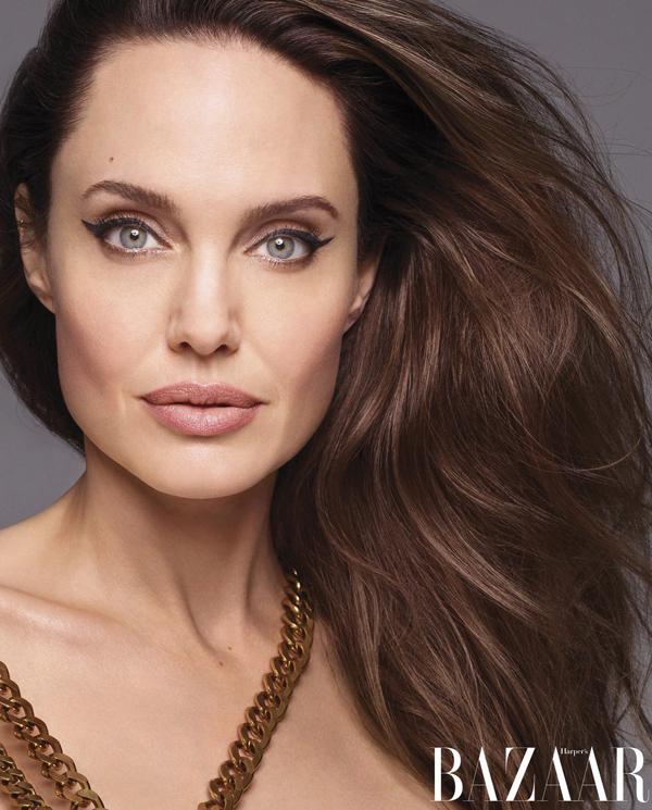 Về vai trò của một người mẹ, Jolie cho biết cô không gây áp lực cho bản thân phải trở thành một người mẹ hoàn hảo. Cô lý giải: Việc đặt mọi người vào những khuôn mẫu sẽ không phải là tự do nữa. Sự khác biệt và đa dạng trong gia đình tôi và những người khác luôn là giá trị tôi đánh giá cao nhất. Tôi không muốn sống trong một thế giới mà mọi người ai cũng giống như ai. Tôi muốn gặp những người tôi chưa bao giờ gặp và học hỏi những điều tôi chưa biết.