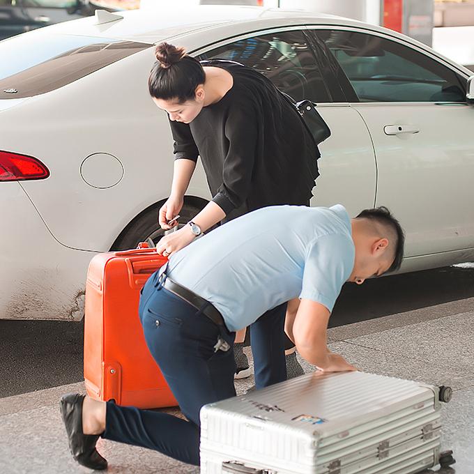Anh giúp vợ gói ghém, sắp xếp hành lý, kiểm tra kỹ vali trước khi đưa cô vào quầy làm thủ tục.