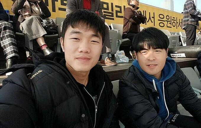 Lee Dong-jun và Xuân Trường ngày anh còn chơi bóng ở Hàn Quốc.