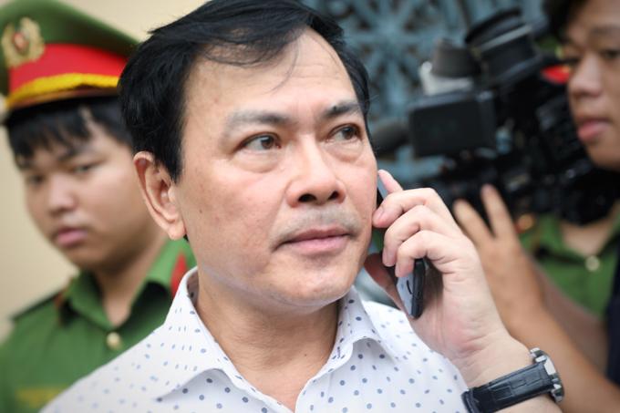 Nguyễn Hữu Linh rời tòa sau khi bị tuyên y án sơ thẩm. Ảnh: Hữu Khoa.