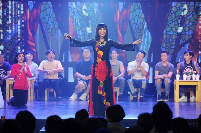Ca sĩ Long Nhật ca hát duyên dáng với tà áo dài.