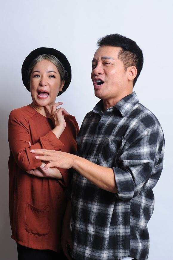 Thúy Nga vui vẻ chụp hình cùng người thầy của mình - nghệ sĩ Minh Nhí.