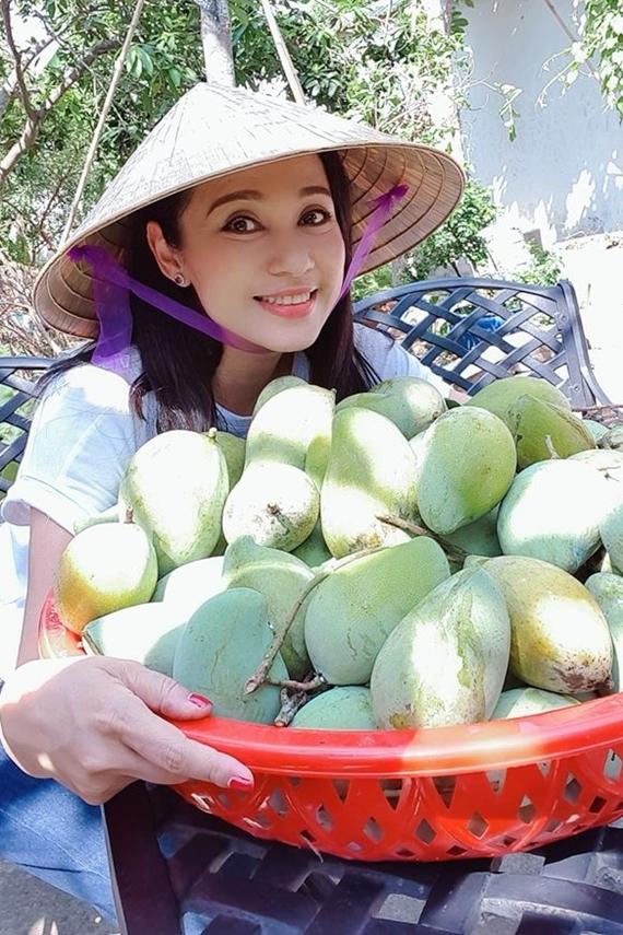 Những lúc rảnh rỗi, Việt Trinh về thăm nông trại rộng 2500 m2 ở Bình Dương. Chị nuôi 100 con bồ câu và trồng nhiều loại cây trái như xoài, mít nghệ, bưởi, vú sữa, măng cụt... Lượng nông sản sạch thu được không chỉ cung cấp cho gia đình mà còn mang tặng cho bạn bè, người thân.
