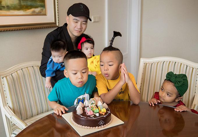 [Caption Chỉ sau vài tháng về sống với NTK Đỗ Mạnh Cường, cậu bé đã trắng trẻo, bụ bẫm hơn rất nhiều. Trong tiệc sinh nhật, Tít được bố nuôi cho diện trang phục với những màu sắc tươi tắn, rực rỡ. 4 con nuôi còn lại: Nhím, Linh Đan, Gấu và Mymy cũng đều được diện những bộ trang phục vô cùng bắt mắt.    Sau khi thổi nến, cắt bánh, NTK dành thời gian đưa các con đi chơi. Đây cũng là việc làm thường xuyên vào dịp cuối tuần của Đỗ Mạnh Cường, khi đã tạm gác công việc sang một bên.