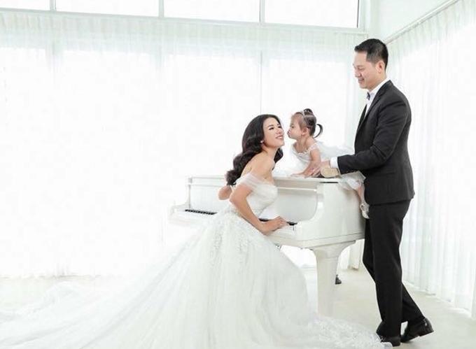 Người mẫu Trang Trần bên chồng và con gái 2tuổi.