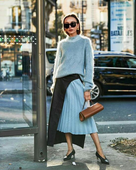 Áo len lông sang trọng và bắt mắt với tông màu hài hoà cùng chân váy. Khi diện trang phục này các nàng có thể mix cùng jeasn trắng ống ôm, chân váy bút chì, váy xoè đơn sắc.