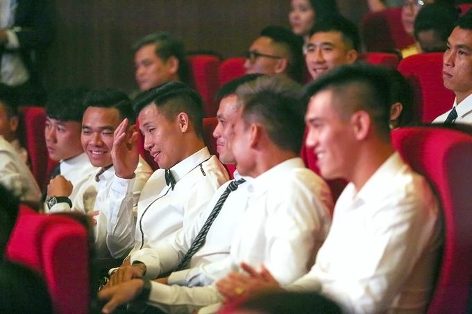 Văn Quyết cười tươi dù trượt giải Cầu thủ hay nhất V-League