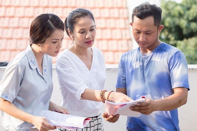 Năm 2011, người đẹp lần đầu thử sức vai trò đạo diễn cho phim Trở về. Từ đó, chị không đóng phim mà chuyển hướng làm đạo diễn và giám đốc sản xuất. Trong ảnh, Việt Trinh (giữa) đang hướng dẫn diễn xuất cho các diễn viên trong phim Một nửa nanh cọp.