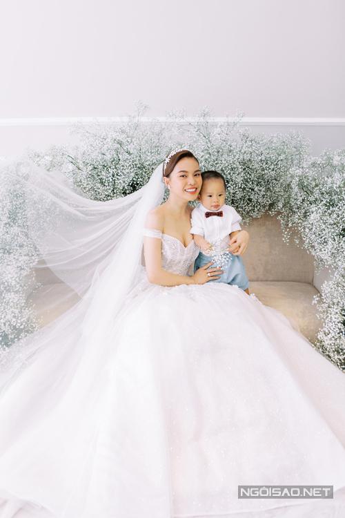 Buổi chụp hình diễn ra suôn sẻ vì bé Cà Rốt gần một tuổihợp tác với cha mẹ, phấn khích vì được chụp ảnh.
