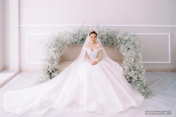 Các mẫu đầm cưới mà cô dâu Giang Hồng Ngọc diện được lấy cảm hứng từ vẻ đẹp của cánh rừng mùa đông - mùa mà đám cưới diễn ra.