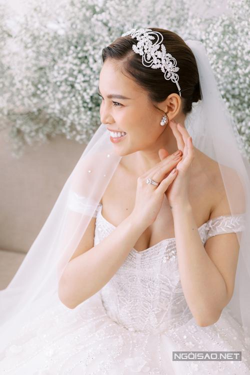 Váy cưới cócác họa tiết 3D sống động như những cành cây mùa chớm đông.