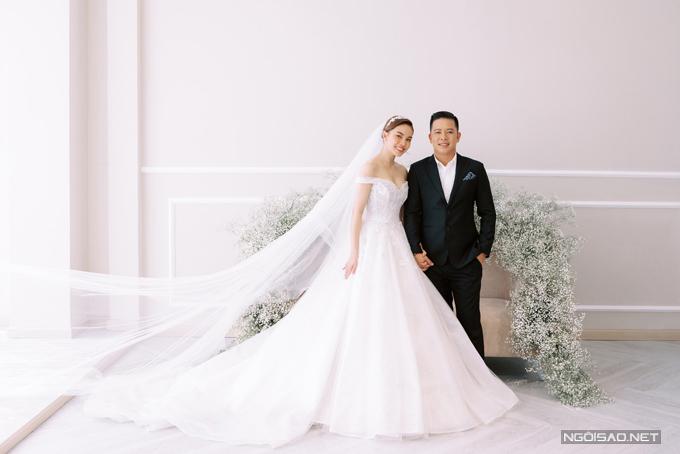 Cách đám cưới khoảng 1 tuần, nữ ca sĩ Giang Hồng Ngọc tiết lộ những tấm hình cưới trong studio bên ông xã Xuân Văn và con trai Cà Rốt. Cô dâu và chú rể đã có khoảng 2 năm hẹn hò trước khi tiến đến hôn nhân. Nửa kia của người đẹp 38 tuổi, là công chức nhà nước và đang kinh doanh riêng.