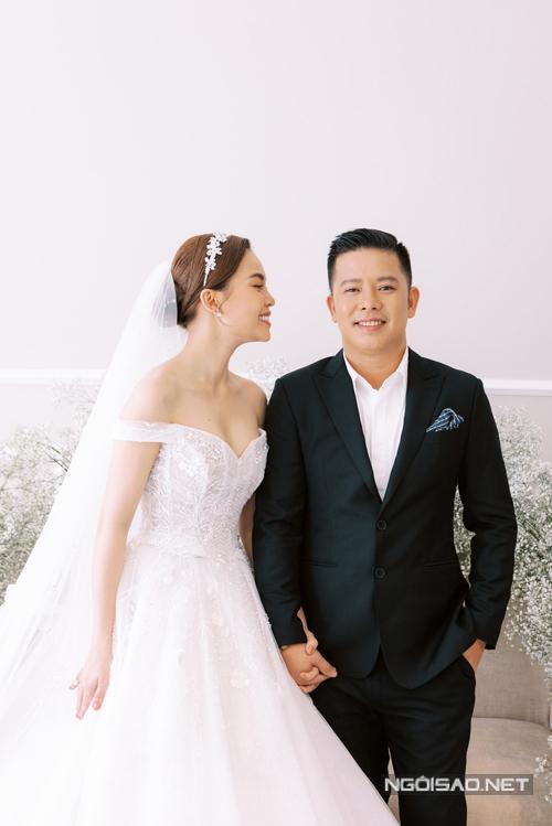 Váy trễ vai giúp cô dâu khoe khéo nơi cần cổ thon, vòng ngực đầy đặn.