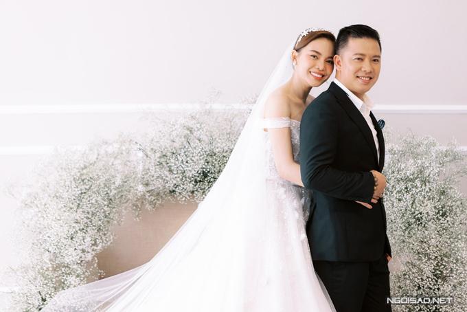 Nhóm thiết kế sử dụng chất liệu ren cao cấp trong suốt, mỏng nhẹ, giúp váy cưới bắt kịp thời trang hiện đại, tạo sự thoải mái, dễ chịu cho người diện.