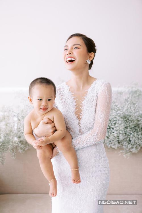 Hai mẹ con có nhiều thời gian vui vẻ bên nhau. Giang Hồng Ngọc còn hátcho con nghe lúc chụp hình.